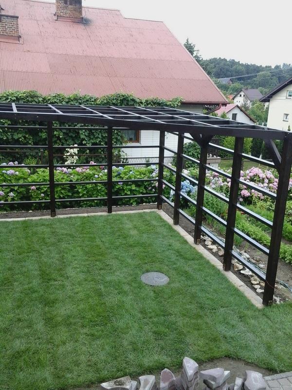 ogrodowa pergola na winorośl