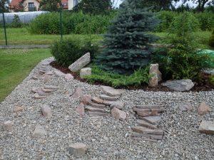 Skalniak w Bibicach oraz miejsce na ognisko z kostki granitowej.