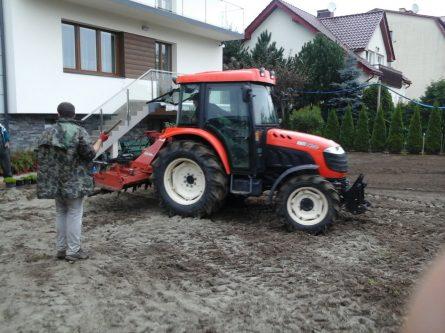 glebogryzarka podczas pracy przy trawniku