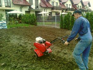 wyrównanie terenu pod trawnik z rolki