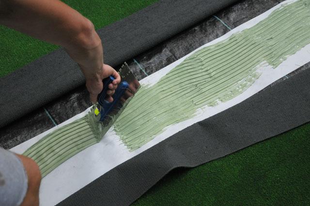 klejenie sztucznej trawy na placu zabaw