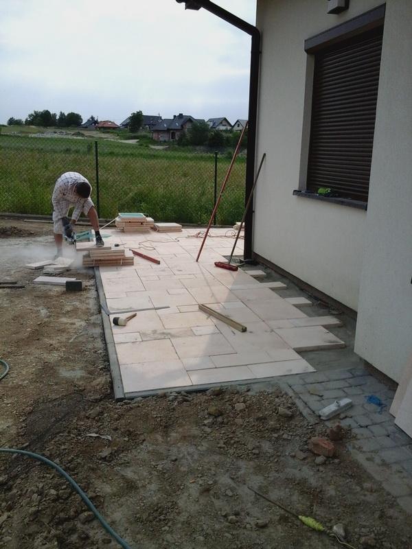 prace podczas wykonania tarasu z sztucznych plyt kamiennych