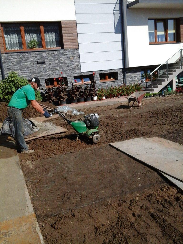 przygotowanie ziemi pod trawnik siany ul. Czarodziejska prace glebogryzarka