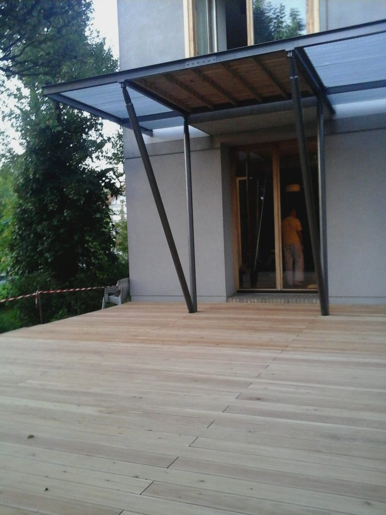 taras drewniany z balkonem
