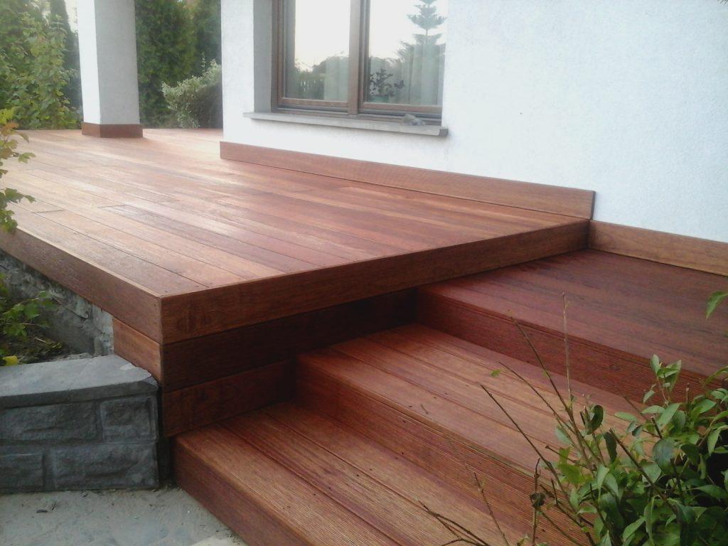 taras drewniany ze stopniami