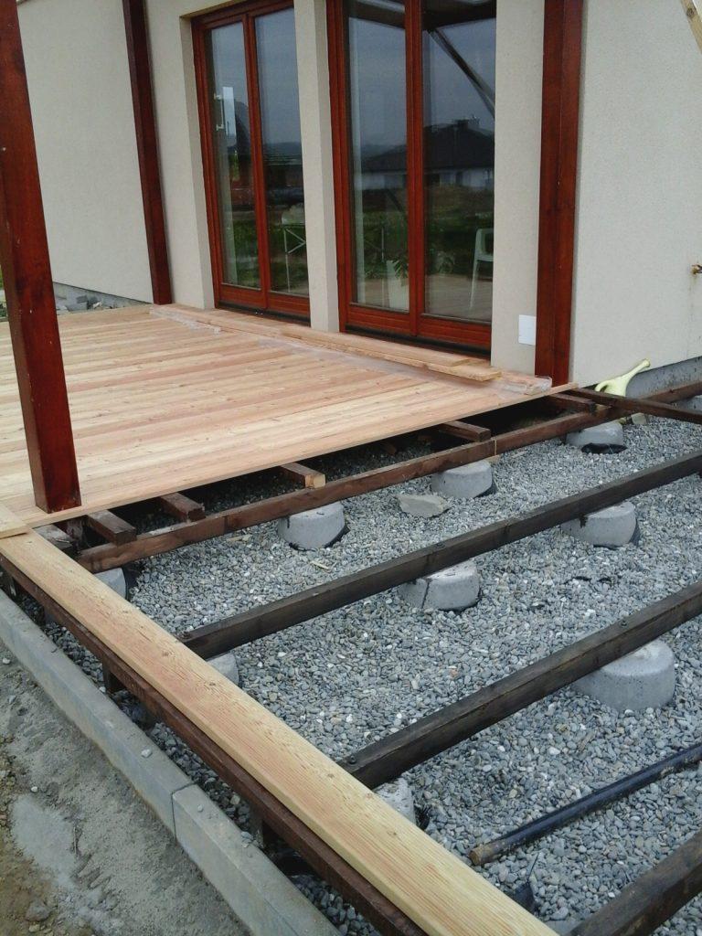 Etapy budowy tarasu drewnianego